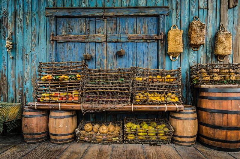 Vruchten en groente in houten emmers royalty-vrije stock foto's