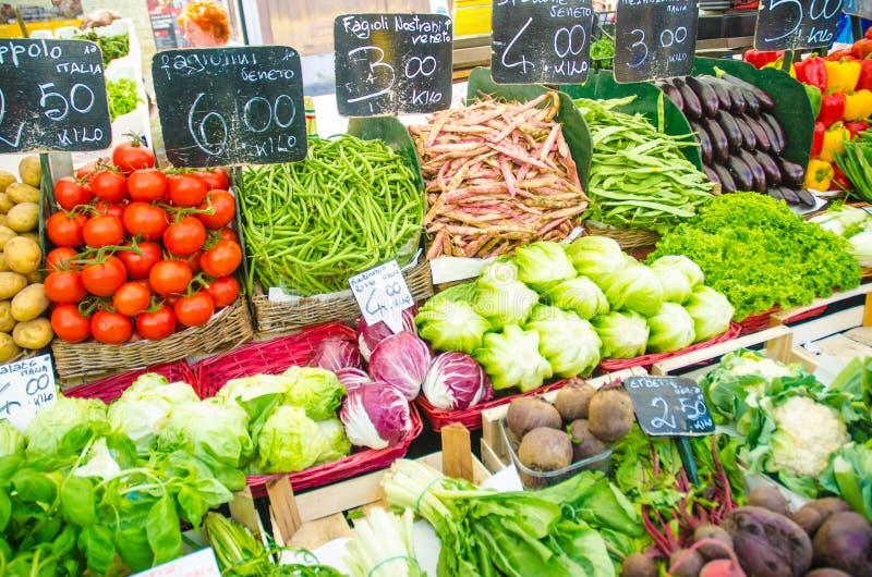 Vruchten en groenten bij marktkraam stock afbeelding