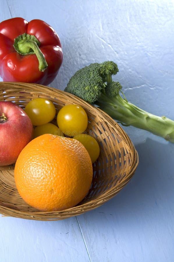 Download Vruchten En Groenten Op Blauw Geschilderd Hout Stock Afbeelding - Afbeelding bestaande uit naughty, schil: 107704857