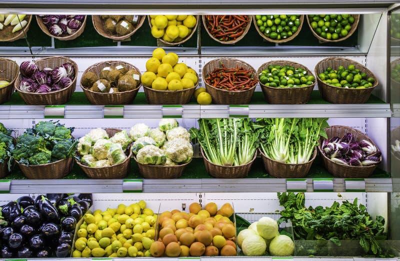 Vruchten en groenten op een supermarkt stock foto