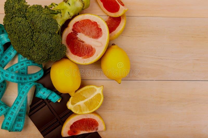 Vruchten en groenten voor het gezonde eten aan de kant stock foto