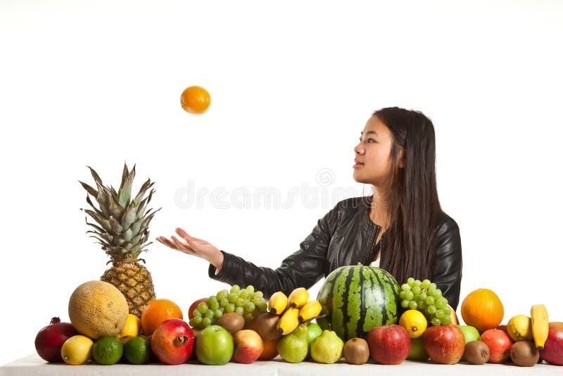 Vruchten en meisje stock foto
