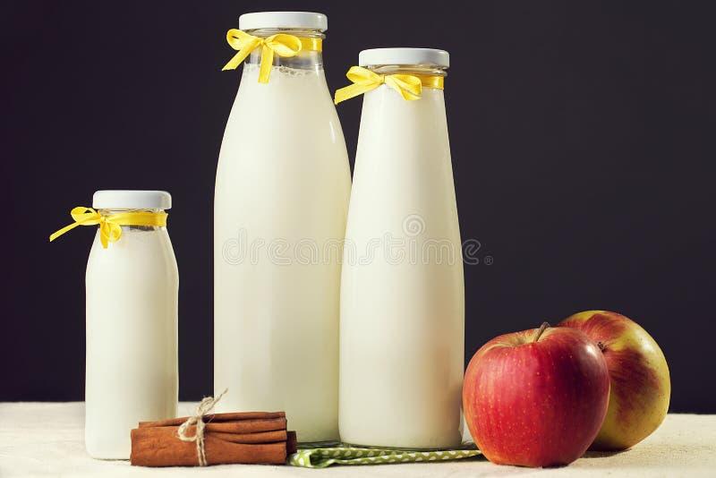Vruchten en melk De samenstelling van melk, fruit en kaneel Y royalty-vrije stock foto