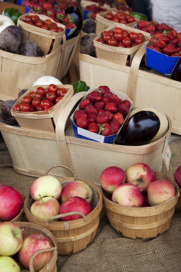 Vruchten en Plantaardige manden stock afbeeldingen