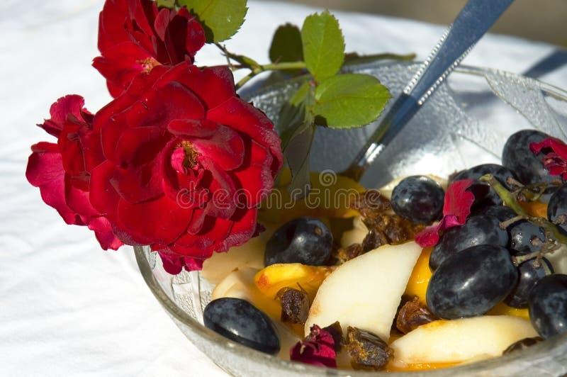 Vruchten en rozen 1 royalty-vrije stock fotografie