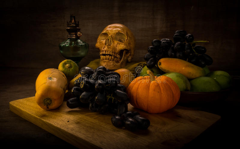 vruchten en schedel stock foto