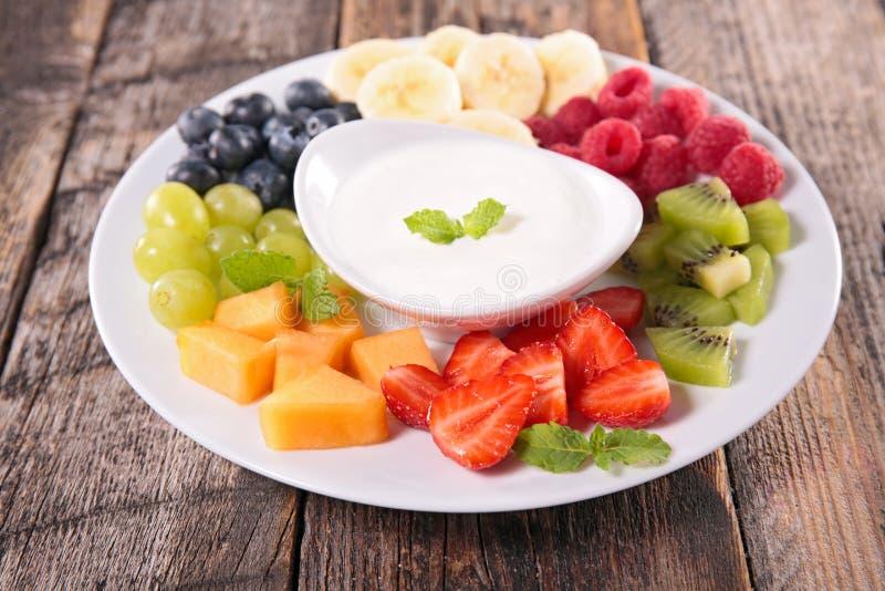 Vruchten en yoghurtonderdompeling stock afbeeldingen