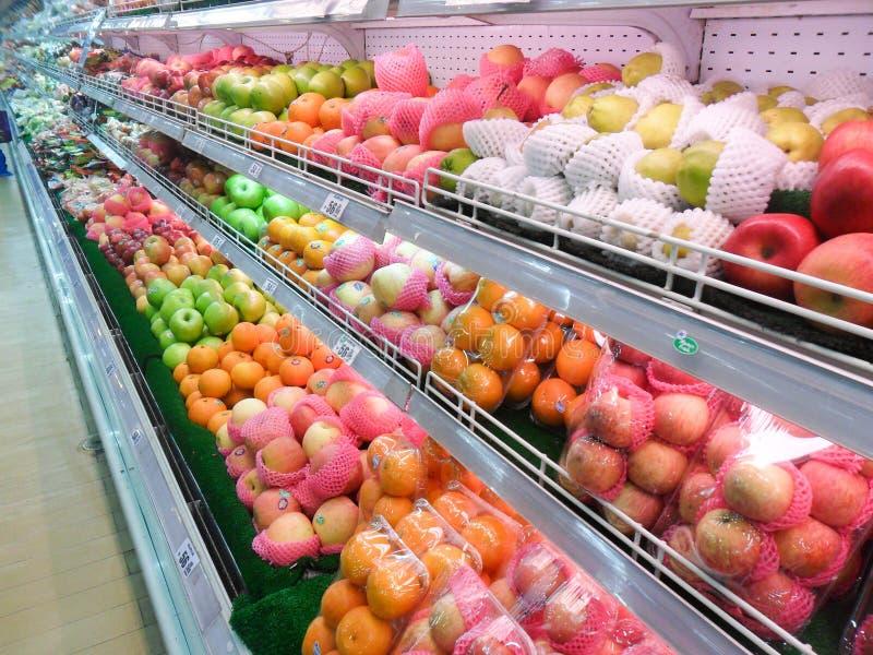 Vruchten in kruidenierswinkeldoorgang stock foto
