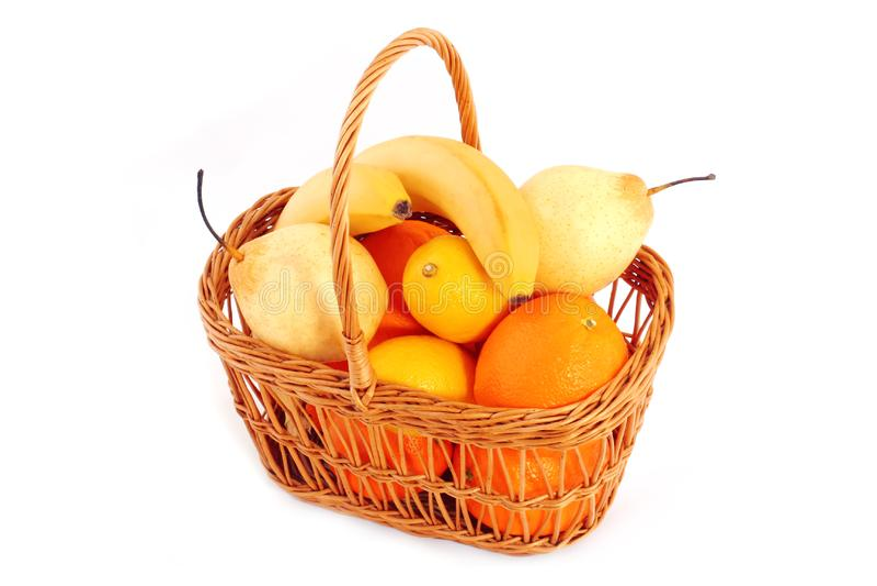 Vruchten in mand stock afbeeldingen