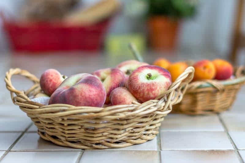 Vruchten in Manden royalty-vrije stock afbeeldingen
