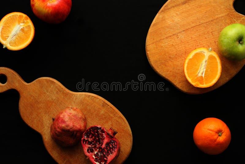 Vruchten op de zwarte achtergrond royalty-vrije stock afbeelding