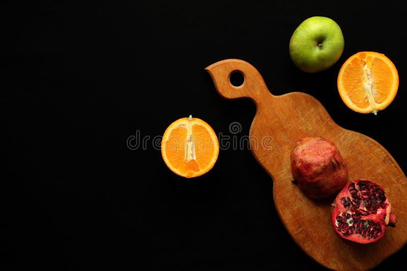 Vruchten op de zwarte achtergrond stock foto