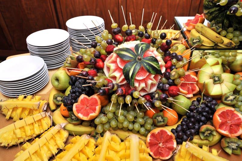 Vruchten op een buffetlijst stock afbeeldingen