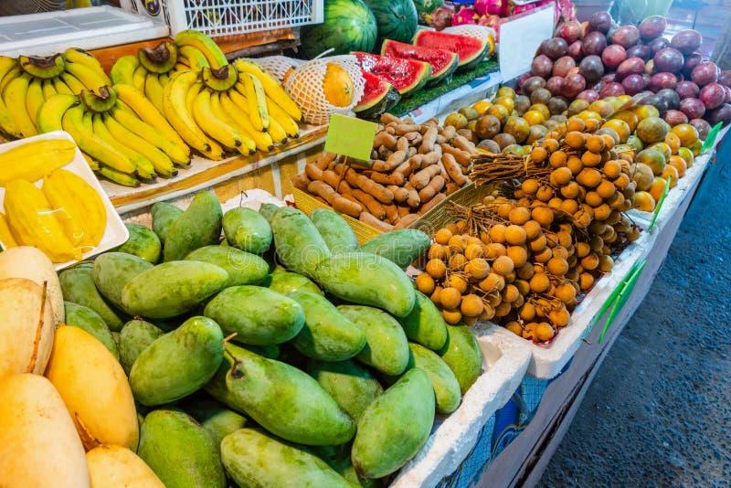 Vruchten op straatmarkt voor toerist stock foto's