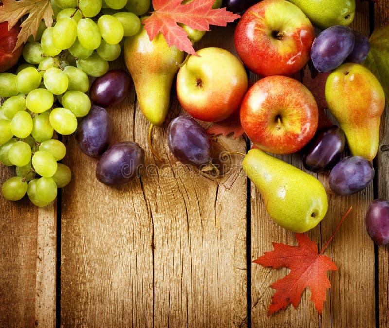 Vruchten over houten achtergrond stock afbeelding