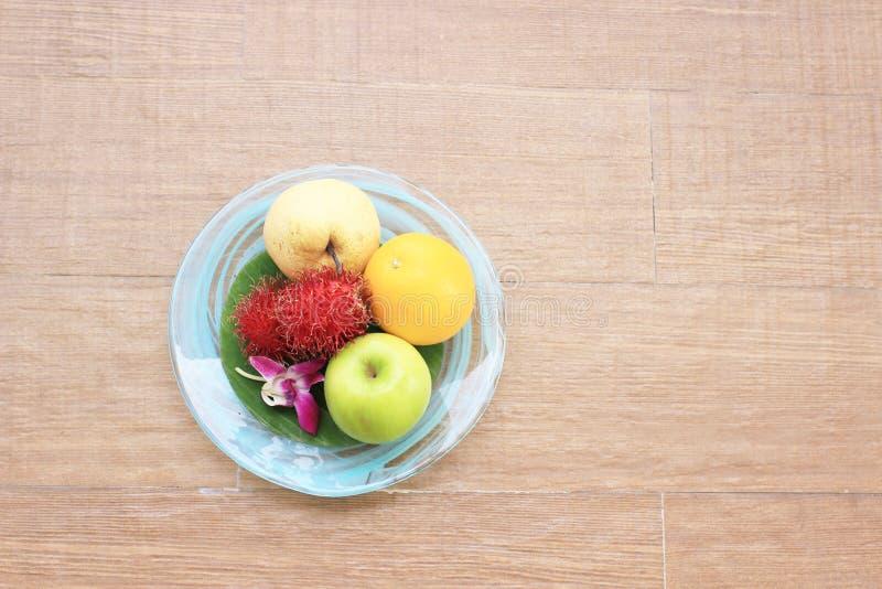 Vruchten in plaat op houten achtergrond royalty-vrije stock foto