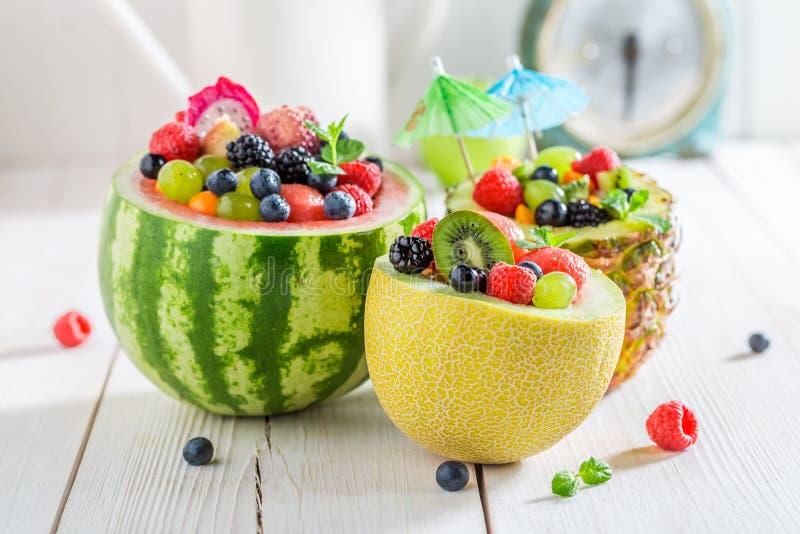 Vruchten salade in meloen en ananas met bessen royalty-vrije stock foto's