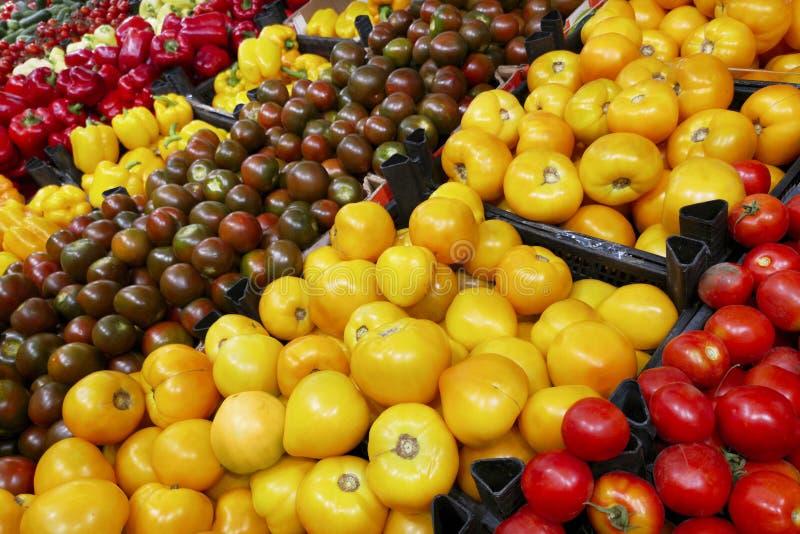 Vruchten in supermarkt Supermarkt met diverse kleurrijke verse groenten Tomaten, capsicum, komkommers stock foto