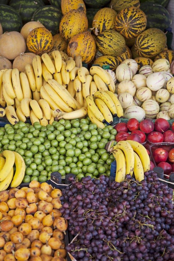 Vruchten tribune bij straatmarkt royalty-vrije stock foto