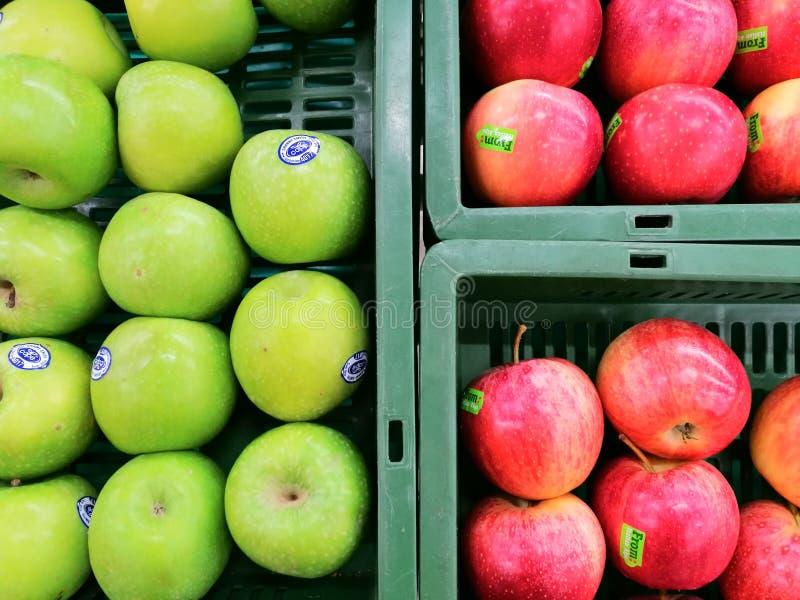 Vruchten van de de gezondheids verse aard van de appelen de groene rode mand markt van de de wandelgalerijwinkel natuurlijke hong stock foto's