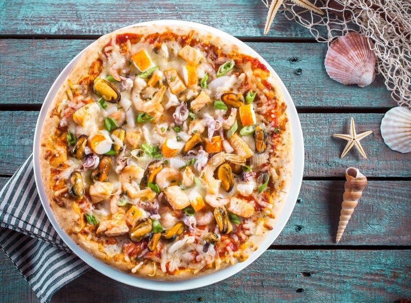 Vruchten van de overzeese Pizza op Rustieke Houten Lijst met Shells stock foto
