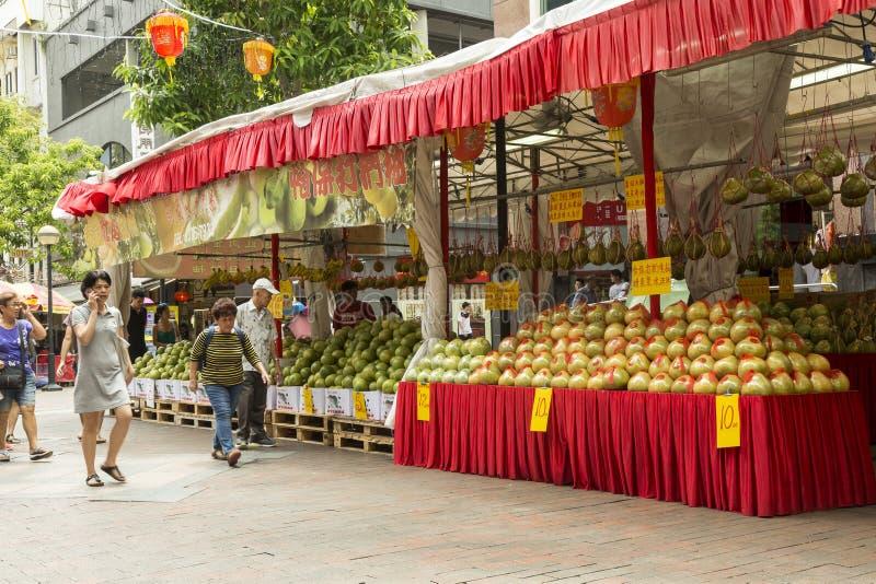 Vruchten verkoop in Bugis in Sinagpore voor het de Lentefestival stock foto's