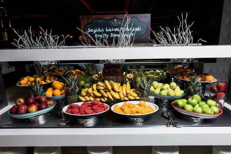 Vruchten zoals banaan, sinaasappel, granaatappel, appel stock fotografie