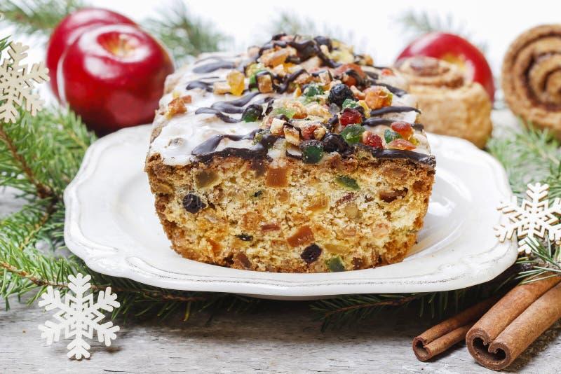Vruchtencake met droge vruchten en noten stock afbeeldingen