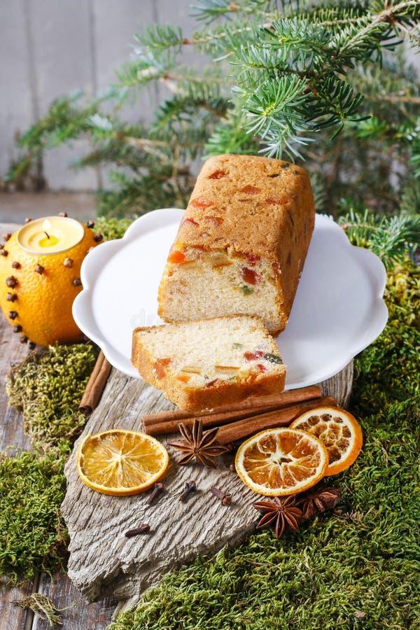 Vruchtencake met droge vruchten en noten in Kerstmis het plaatsen stock afbeelding