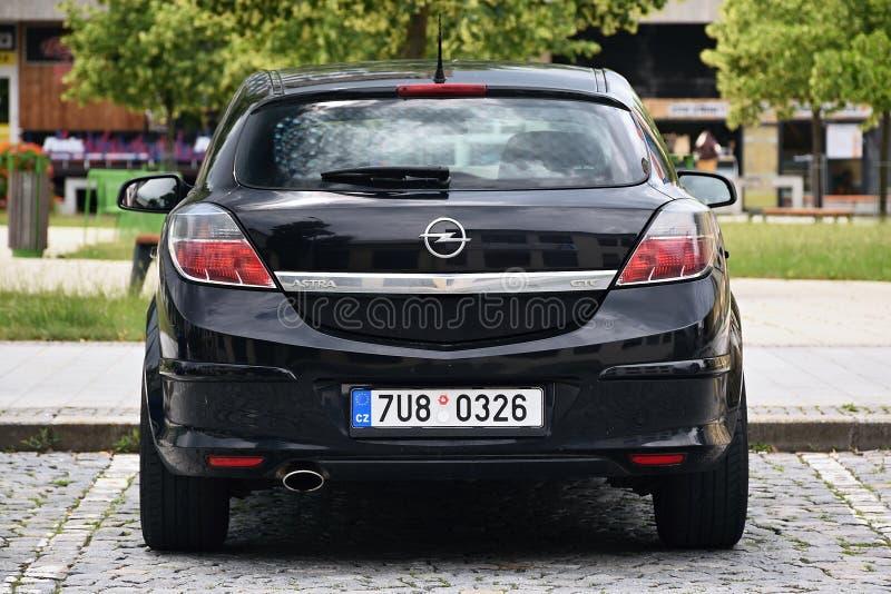 Vsetin, République Tchèque - 2 juin 2018 : Support noir d'Opel Astra H de voiture sur la place de Namesti Svobody dans le jour en images libres de droits