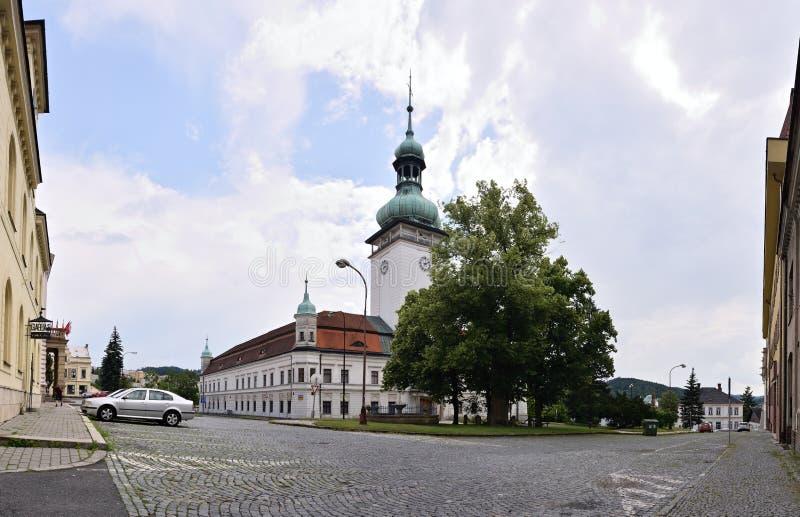 Vsetin, república checa - 2 de junho de 2018: O quadrado de Horni Namesti com pavimento, as árvores grandes e a torre de Vsetin t imagens de stock