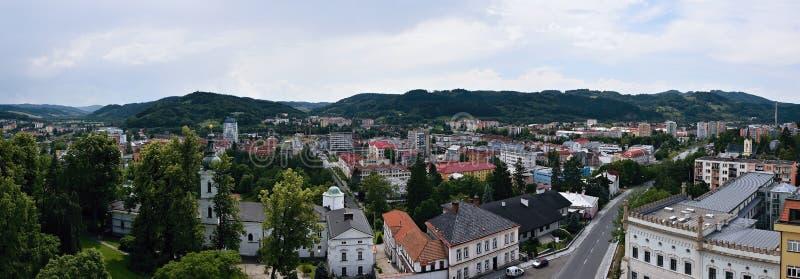 Vsetin, republika czech - Czerwiec 02, 2018: Panoramiczny widok od wierza kędziorek wallachian miasto Vsetin podczas słonecznego  fotografia royalty free