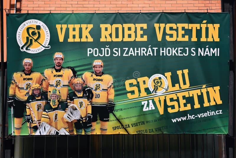 Vsetin Tjeckien - Juni 02, 2018: affischen på väggen av stadion namngav Na Lapaci som populariserar ishockey för barn i sommer s arkivfoto
