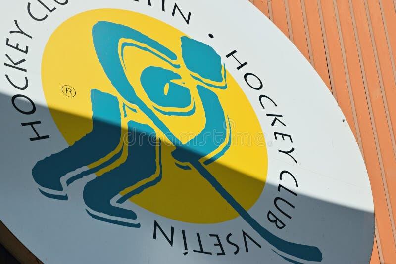 Vsetin Tjeckien - Juni 02, 2018: den stora logoen av ishockeyklubban VHK Vsetin på väggen av ishockeystadion namngav Na Lapaci i  royaltyfri fotografi