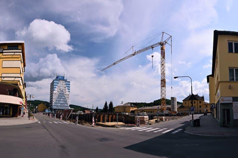 Vsetin Tjeckien - Juni 02, 2018: Hög kran mellan hus i den Smetanova gatan under rekonstruktion av parkeringsplatsen arkivbild