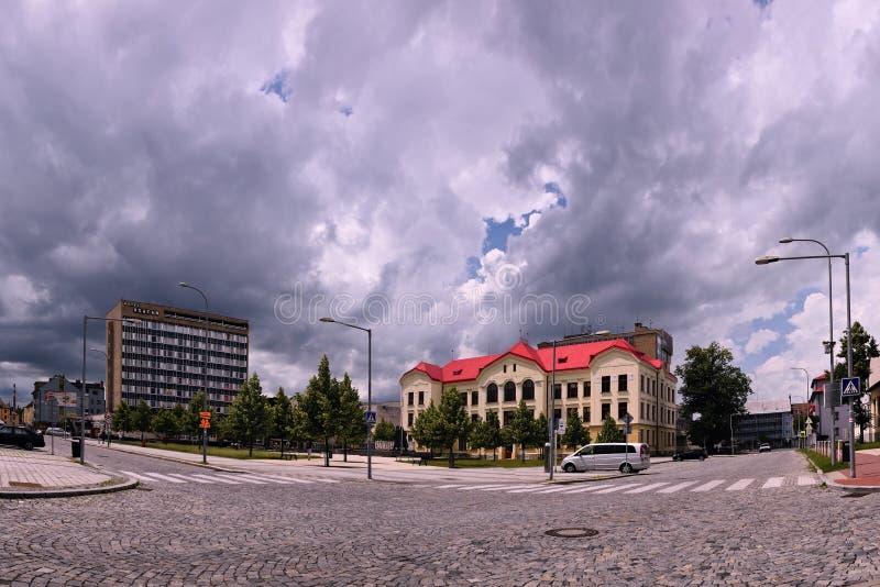 Vsetin Tjeckien - Juni 02, 2018: Namesti Svobody fyrkant med historisk byggnad av den vård- skolan och hög byggnad av Vsac fotografering för bildbyråer