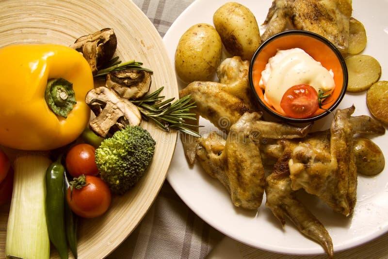 Vsriousgroenten met kip en geroosterde aardappel royalty-vrije stock foto's