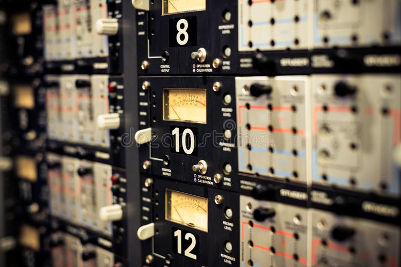 Vu-meternivåer på yrkesmässig tappning pryder ljudutrustning royaltyfria foton