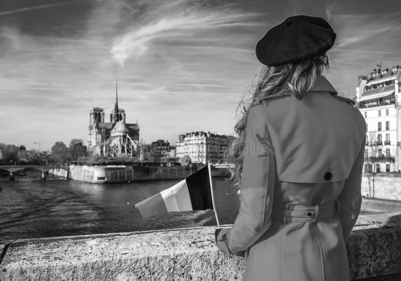Vu par derrière la femme de voyageur avec le drapeau français à Paris image libre de droits