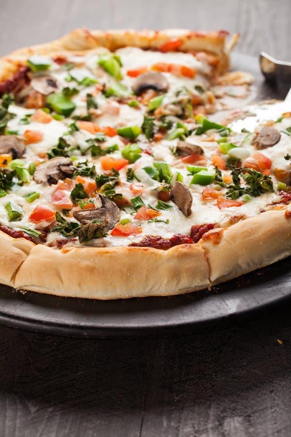 Vue à angles de pizza faite maison à partir de zéro photo libre de droits