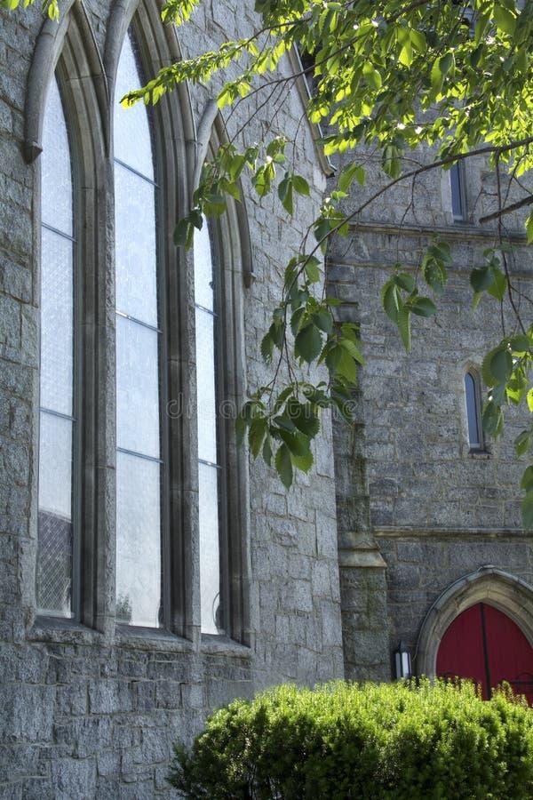 Vue à angles des fenêtres verticales d'église, arbre, Keene, nouveau Hampshir images stock