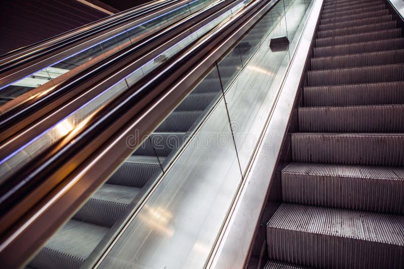 Vue à angles large à l'escalier d'escalators de perspective image stock