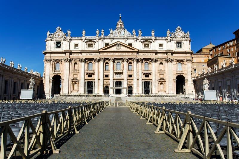Vue à Basilica di San Pietro place Pietro san photos libres de droits