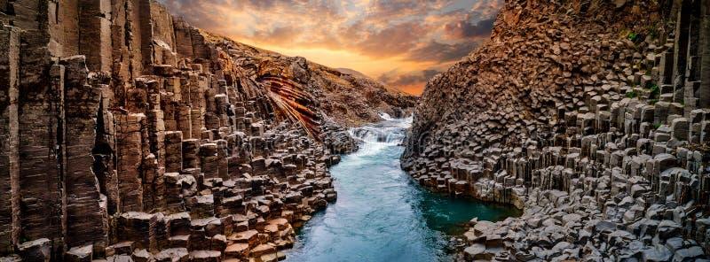 Vue à couper le souffle de canyon de basalte de Studlagil, Islande image stock