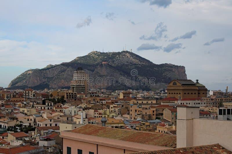 Vue à couper le souffle des maisons du toit de la cathédrale de Palerme Palerme sicily images libres de droits