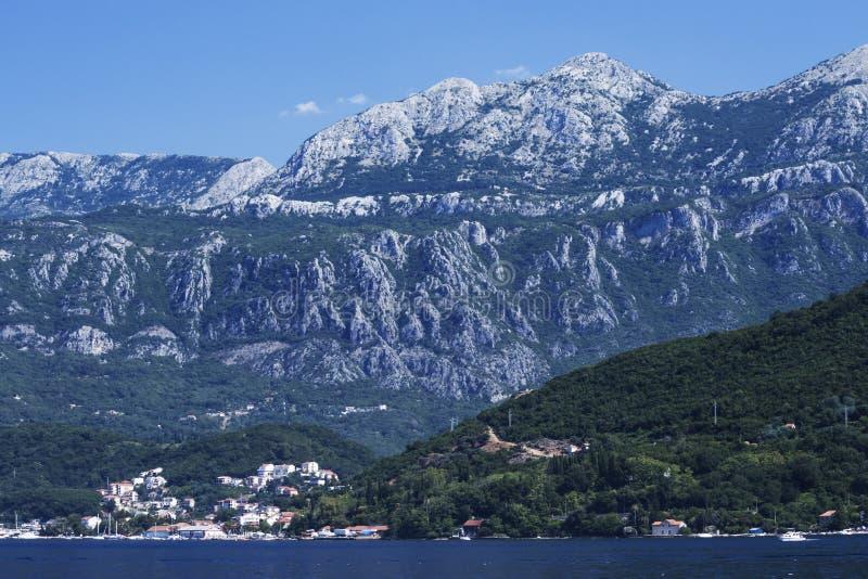Vue à couper le souffle du village en baie de Boko Kotor de Rocky Mountains et Mer Adriatique de Monténégro, foyer mou images stock