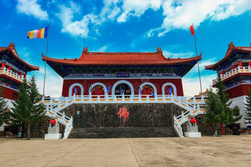 Vue à couper le souffle temple de Bouddha de médecine de vieux dans le geopark de lac Jingpo avec le ciel azuré images libres de droits