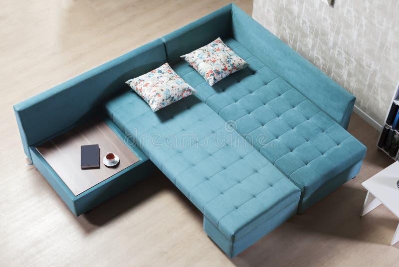 Vue à couvercle serti de sofa faisant le coin photographie stock