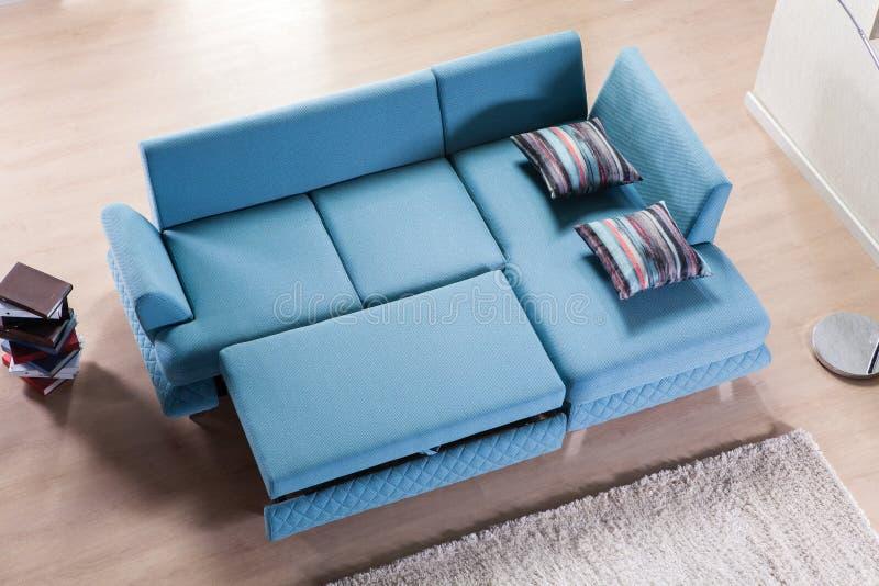 Vue à couvercle serti de sofa faisant le coin image stock