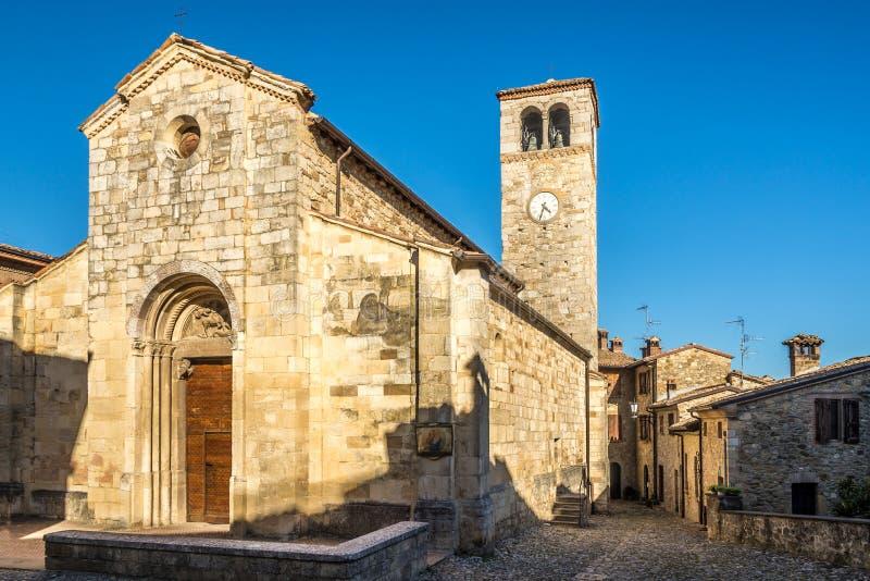 Vue à l'église de San Giorgio dans Vigoleno près de Vernasca en Italie photo libre de droits